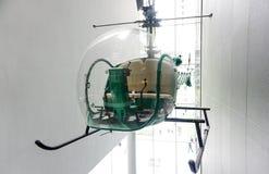 Grön helikopter inom byggnad Fotografering för Bildbyråer