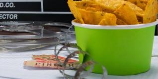 grön hink med nachos, mot bakgrunden av en uppsättning för filmen royaltyfria foton