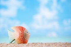 Grön hjärta för ädelstensten på den vita sandstranden arkivbilder