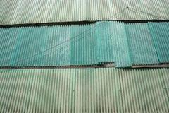 Grön industriell övergiven byggande sida med korrugerad plast- och en lös hängande tråd Royaltyfria Bilder