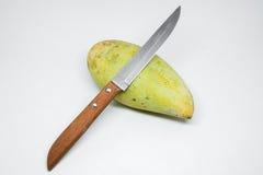 Grön isolerade mango och kniv Arkivfoton