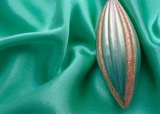 Grön istapp på grönt tyg Royaltyfri Bild