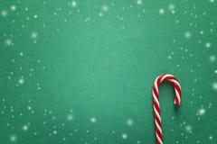 Grön julbakgrund med röda godisrottingar Kopiera utrymme för text Royaltyfri Foto