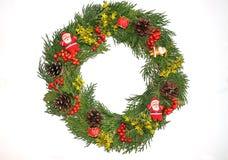 Grön julkrans med garneringar som isoleras på vita Backgr Royaltyfria Bilder