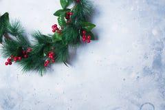 Grön julkrans på ljusa Gray Vintage Fotografering för Bildbyråer
