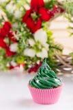 Grön julmuffin med stjärnastänk i rosa färgkopp Arkivfoton