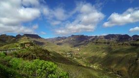 Grön kanjondal med det rörande skottet för molntidschackningsperiod - Gran Canaria lager videofilmer