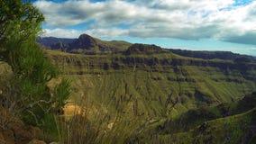 Grön kanjondal med det rörande skottet för molntidschackningsperiod - Gran Canaria arkivfilmer