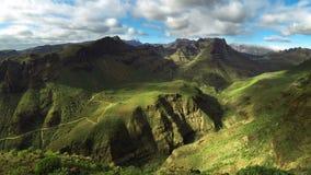 Grön kanjondal med det rörande skottet för molntidschackningsperiod - Mirador de Fataga, Gran Canaria arkivfilmer