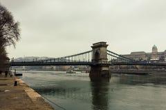 Grön kedjebro i Budapest, Ungern Filtrerat retro för Budapest och Danube River gränsmärke Europeisk huvudcityscape fotografering för bildbyråer
