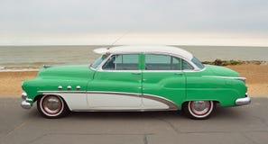 Grön klassiker och vit Buick toppen åtta Moto bil som parkeras på sjösidapromenad Royaltyfri Fotografi