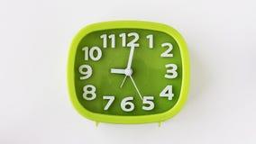 Grön klocka med vitnummer och pilar på vit bakgrund, Tid schackningsperiod stock video