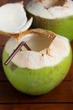 Grön kokosnötvattendrink Arkivbild