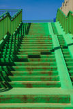 Grön konkret trappatrappa med räcket Arkivbilder