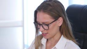 grön kontorsarbetare för bakgrund Modemodell med exponeringsglas arkivfilmer