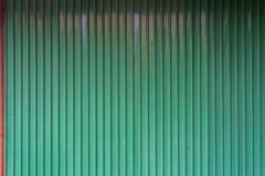 Grön korrugerad metalltextur med den röda fliken Royaltyfri Foto