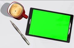 Grön kreditkort och kopp kaffe för skärmminnestavlaPC Royaltyfri Fotografi