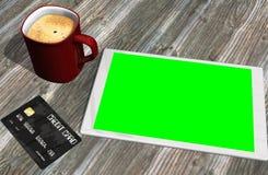 Grön kreditkort och kopp kaffe för skärmminnestavlaPC Royaltyfria Bilder