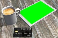 Grön kreditkort och kopp kaffe för skärmminnestavlaPC Royaltyfri Foto