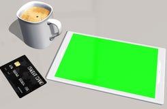 Grön kreditkort och kopp kaffe för skärmminnestavlaPC Arkivfoto