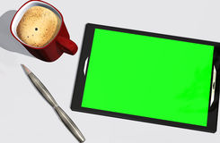 Grön kreditkort och kopp kaffe för skärmminnestavlaPC Royaltyfri Bild