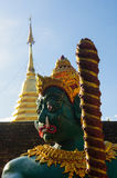 Grön krigarestaty på Wat Doi Kham royaltyfri fotografi