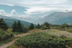 Grön kulle framme av berg av Prevalla, Prizren, Kosovo in arkivbilder