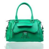 Grön kvinnlig handväska över vit Arkivbilder