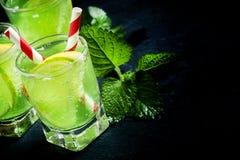 Grön läsk med citronen och limefrukt, selektiv fokus arkivfoto