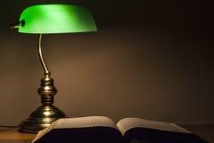 Grön lampa och bibel Royaltyfria Foton