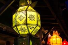 Grön lampa under tak royaltyfri bild