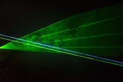 grön laser för strålar arkivfoto