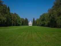 grön lawn Den sceniska sikten av ett härligt engelska utformar trädgården med en stor öppen gräsmatta för grönt gräs arkivfoton