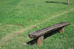 grön lawn för bänk royaltyfri fotografi
