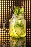 Grön lemonad för fruktcoctail med den nya gurkan i tappningkrus arkivfoton