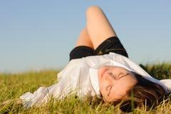 grön liggande kvinna för gräs Fotografering för Bildbyråer