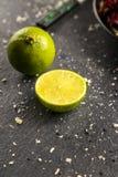 Grön limefrukt på en träställning Arkivfoto