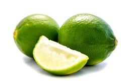 Grön limefrukt som isoleras på vit bakgrund arkivfoto