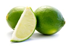 Grön limefrukt som isoleras på vit bakgrund arkivbild