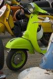 grön limefruktmotorsparkcykel Royaltyfria Foton