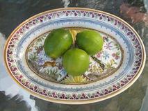 grön limefruktplatta Arkivfoton