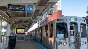 Grön linje CTA-drev som att närma sig på spåren på den Clinton stationen i den norr öglan av Chicago stock video