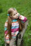 grön liten äng för flicka arkivbilder