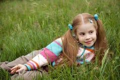 grön liten äng för flicka royaltyfria foton