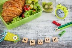 Grön lunchask med gifflet, sallad royaltyfri fotografi