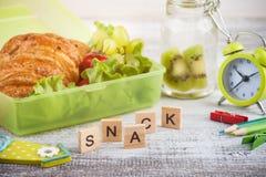 Grön lunchask med gifflet, sallad arkivfoto