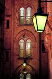 Grön lykta och gotiskt hus royaltyfri fotografi
