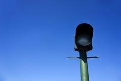 Grön lyktstolpe på bakgrund av blå himmel Arkivbild