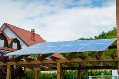 Grön makt - solpaneler Fotografering för Bildbyråer