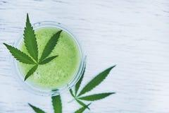Grön marijuanasmoothiefruktsaft på vit bakgrund royaltyfria foton